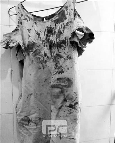 连衣裙上沾满血迹