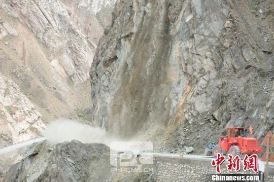 图为武警交通部队官兵正在抢通道路时再次发生塌方。 吴坤 摄
